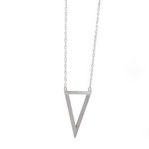 Γυναικείο κολιέ με γεωμετρικό τρίγωνο