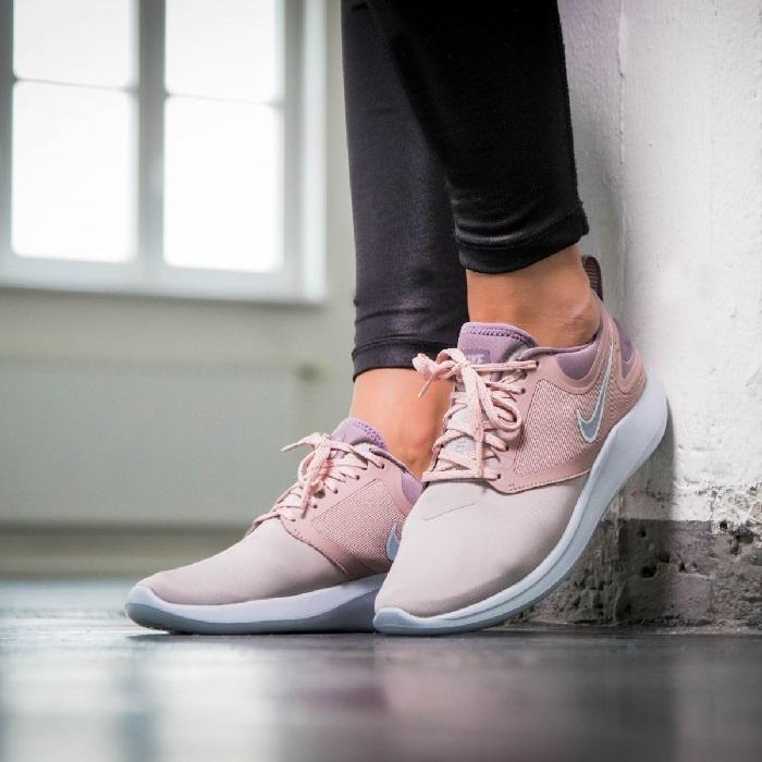 290bce32d0c Τα γυναικεία παπούτσια για τρέξιμο Nike Lunar Solo είναι έτοιμα να σε  ακολουθήσουν σε κάθε διαδρομή. Με διακριτική εμφάνιση και εξαιρετικά υψηλές  επιδόσεις, ...