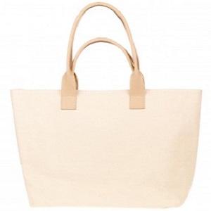 Γυναικεία τσάντα ώμου από δέρμα και καμβά σε μπεζ χρώμα.